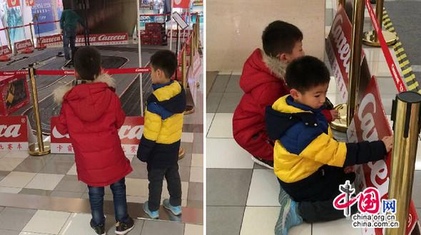 Зимние каникулы в китайском стиле: друзья весело проводят время вместе