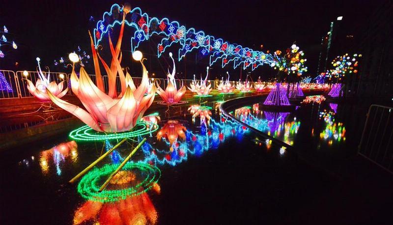 Карнавал фонарей в Парке ЭКСПО в Шанхае