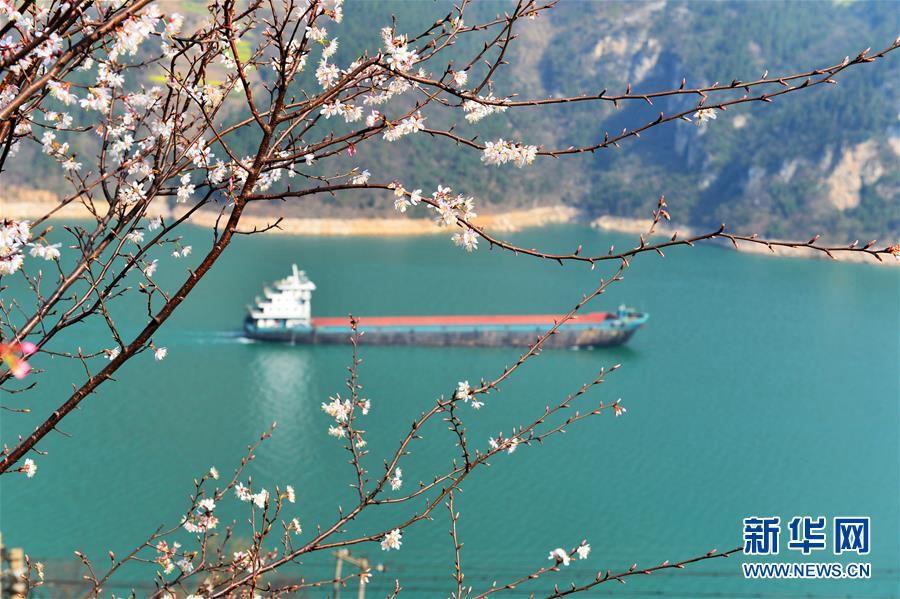 Весна в районе ГЭС 'Три ущелья' на реке Янцзы
