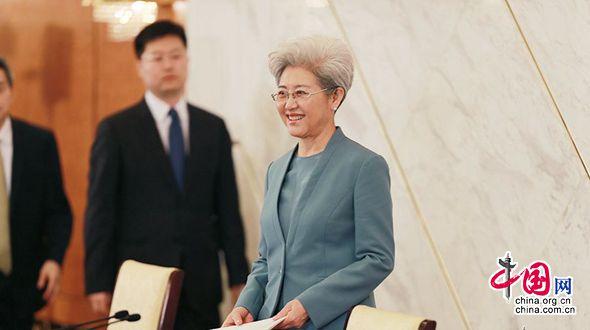 Заместитель генерального секретаря четвертой сессии ВСНП 12-го созыва Фу Ин в элегантной манере отвечала на вопросы журналистов