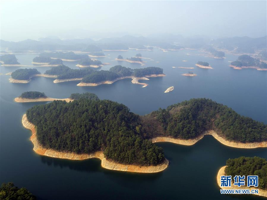 Озеро Цяньдаоху, название которого в переводе с китайского означает «озеро тысячи островов», находится на территории уезда Чуньань г. Ханчжоу, пров. Чжэцзян.