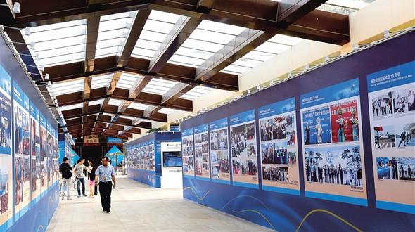 Открылась фотовыставка в честь 15-летия Боаоского азиатского форума