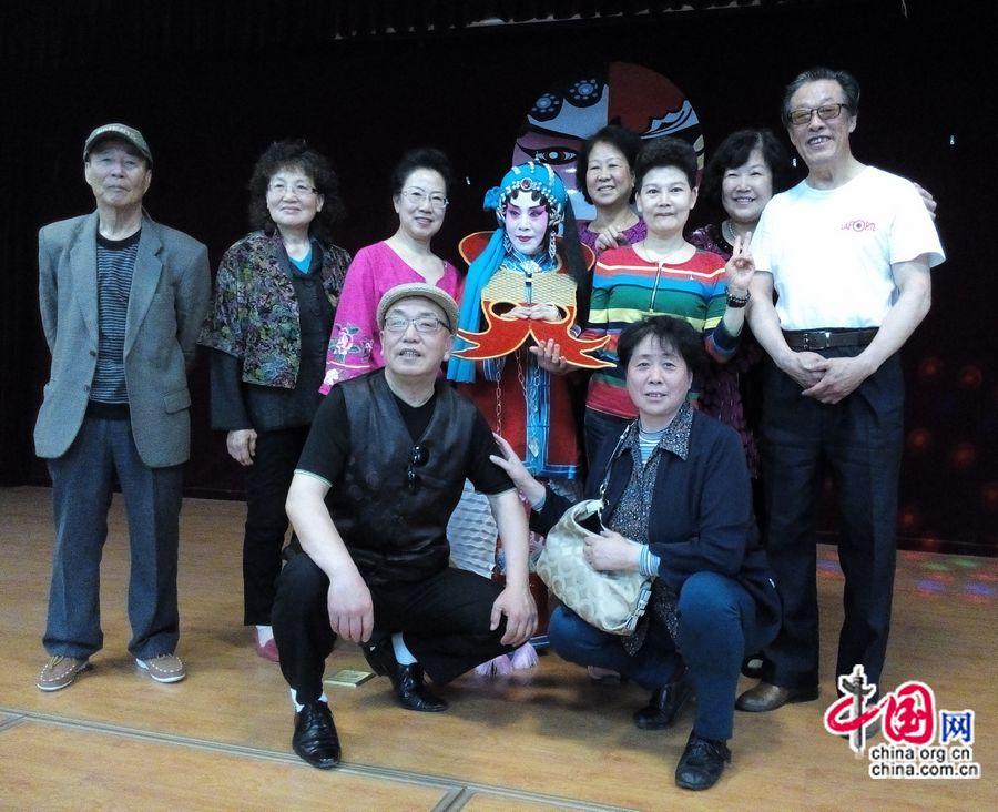 Тетушка Сюй (третья слева в заднем ряду) после выступления в любительской постановке в Пекине фотографируется вместе с остальными участниками-любителями