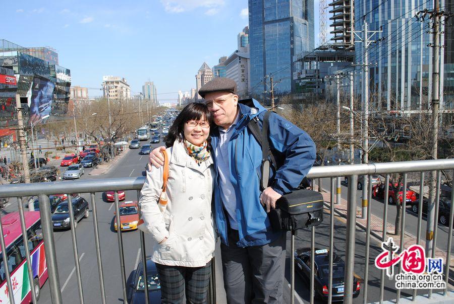 Лао И и его жена Го Линся cфотографировались на Саньлитуне.