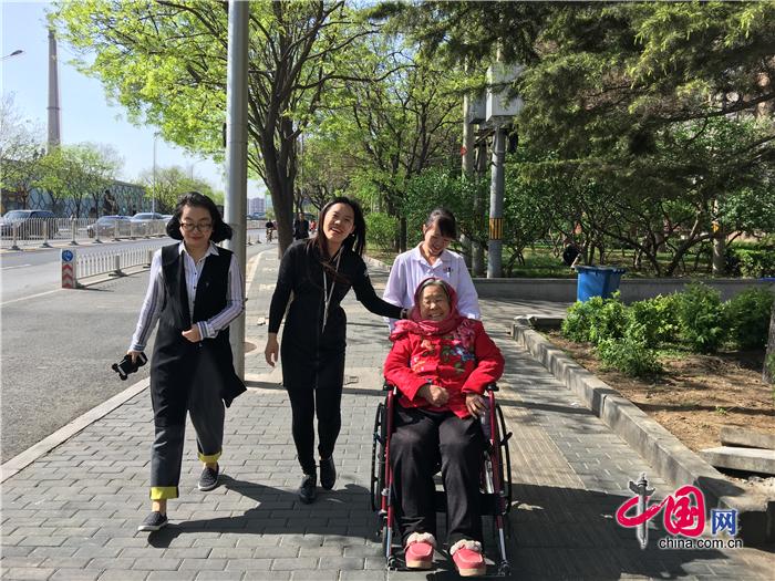 По пути в музей: беседа с бабушкой Дин, которая радостно любуется цветами.