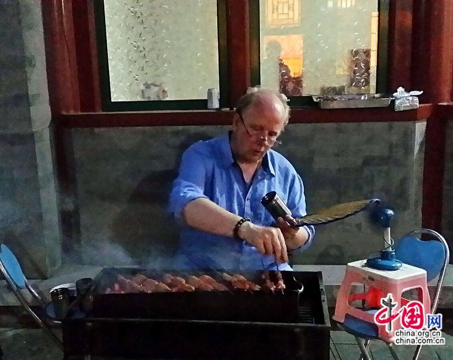 Лорану не только нравится вкус китайских шашлыков, он даже может сам пожарить их, обмахивая веером и добавляя кумин.