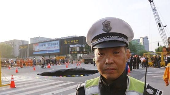 Иностранные пользователи Интернета назвали героем китайского постового, который оперативно спас водителей от аварий