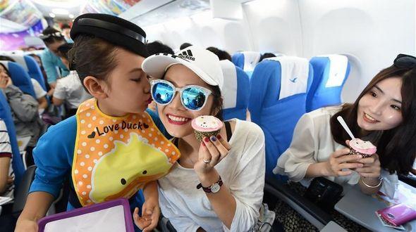 'Маленькие стюардессы' на борту самолета Сямэнь -- Куньмин