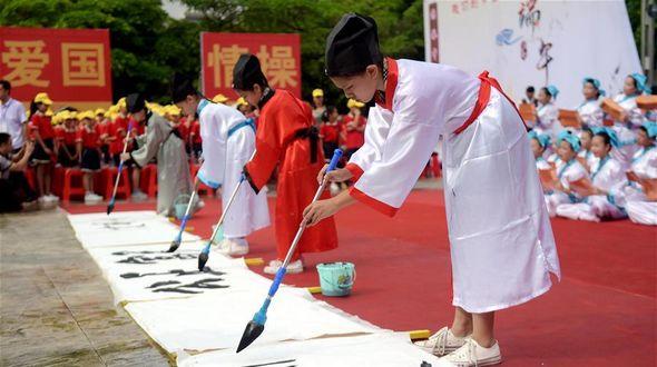 Большой школьный концерт в Циньчжоу по случаю праздника Дуаньу