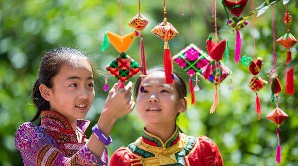 Разноцветные нитяные 'цзунцзы' для праздника Дуаньуцзе