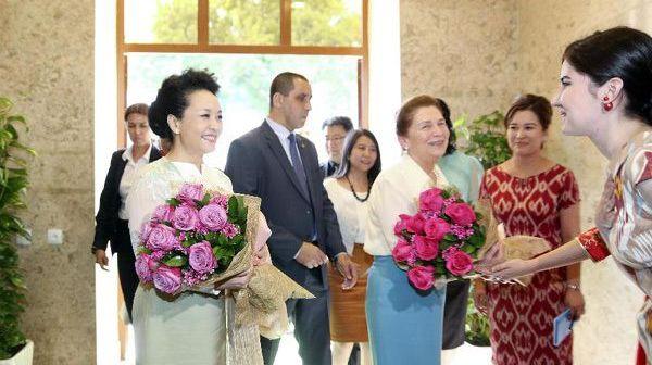 Пэн Лиюань с супругой президента Узбекистана Т.Каримовой посетила институт Конфуция в Ташкенте