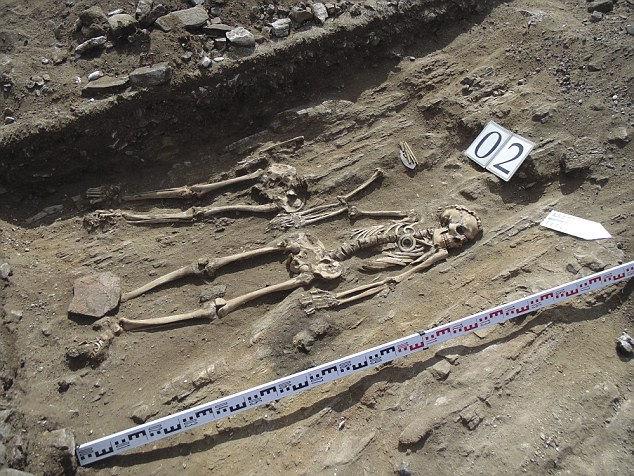 В Сибири обнаружены захоронения бронзового века: мужчина в возрасте с наложницей, которые держались за руки 5 тыс. лет