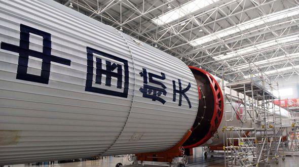 Китайский пилотируемый космический корабль 'Шэньчжоу-11' доставлен на космодром