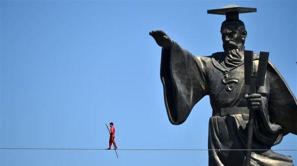 Знаменитый канатоходец Адили пересек реку Хуанхэ в Нинся-Хуэйском АР