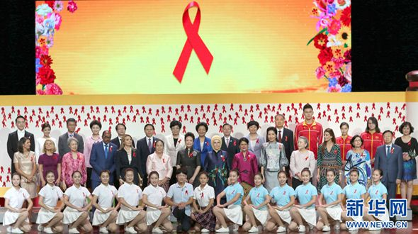 Пэн Лиюань вместе с супругами участников саммита G20 приняла участие в акции по пропаганде профилактики ВИЧ/СПИДа в Чжэцзянском университете