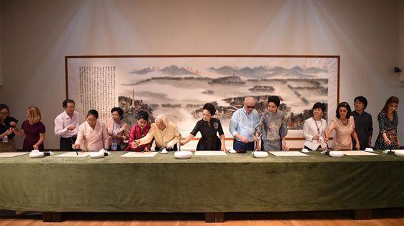 Пэн Лиюань вместе с женами лидеров иностранных государств посетила Китайскую академию искусств