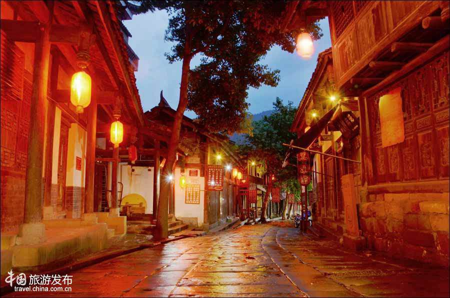 Древний городок Чжаохуа во время дождя