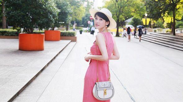 Изящная актриса Тун Лэй в классическом платье