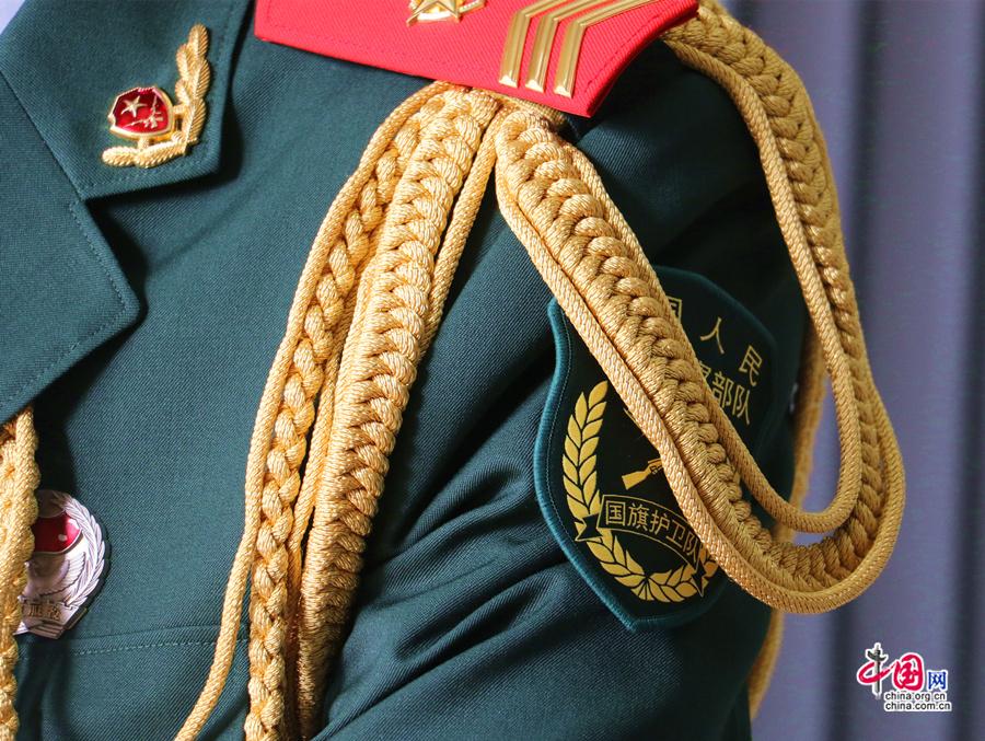 Говоря о почетном карауле государственного флага, многие думают, что все солдаты «стройные» и «красивые». Особенно глубокое впечатление производит момент, когда они раскрывают национальный флаг Китая.