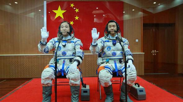Состоялась церемония проводов в космос экипажа пилотируемого космического корабля 'Шэньчжоу-11'