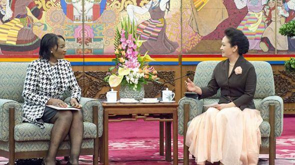 Пэн Лиюань встретилась с супругой президента Малави, вице-президентом Организации первых леди Африки против ВИЧ/СПИДа