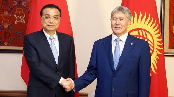 Ли Кэцян встретился с президентом Кыргызстана Алмазбеком Атамбаевым