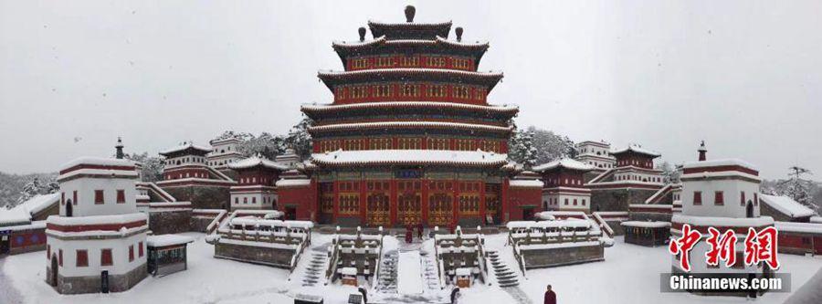 Сильнейший для ноября за последние 40 с лишним лет снегопад обрушился на китайский г. Чэндэ