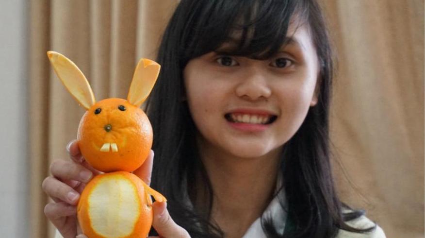 Тайваньская учительница вырезает фигуры «животных» из фруктов