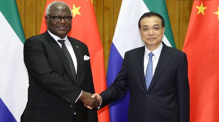Ли Кэцян встретился с президентом Сьерра-Леоне Э. Коромой