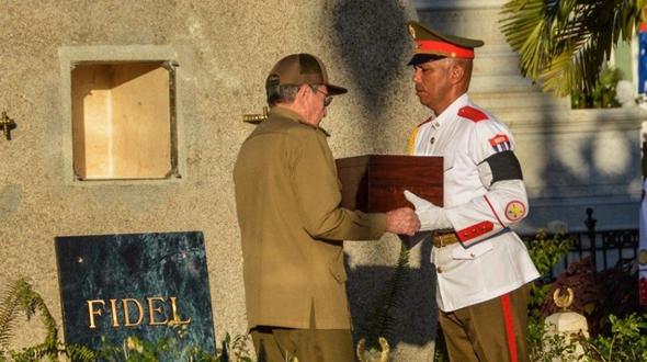 Фидель Кастро похоронен в «городе–герое», младший брат Рауль Кастро лично захоронил его прах