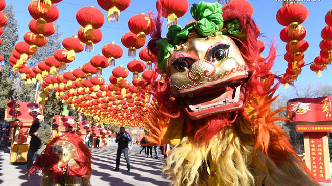 Подготовка к праздничной ярмарке в пекинском парке