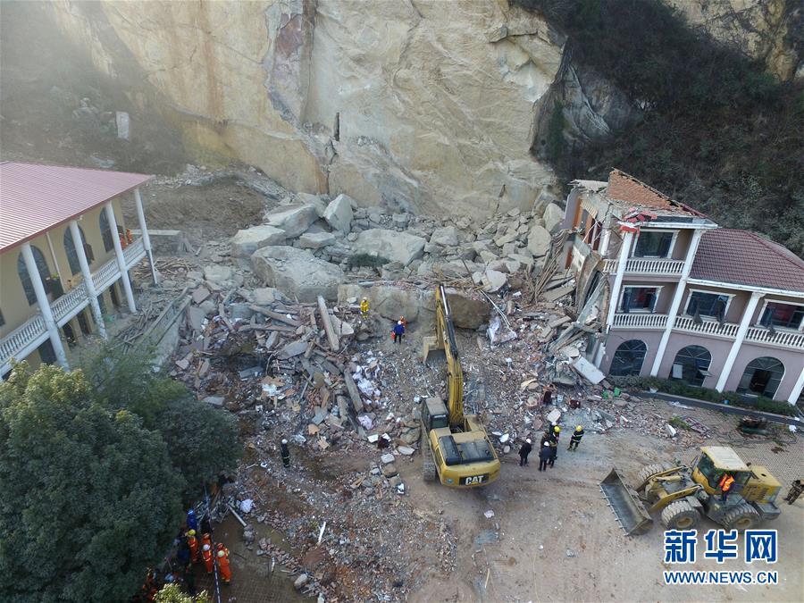 Под завалами частично обрушенного отеля вКитая находятся 12 человек