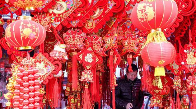 Покупка праздничных украшений для встречи праздника Чуньцзе