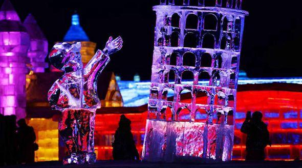 Харбинский парк 'Большой мир льда и снега' привлек многочисленных посетителей