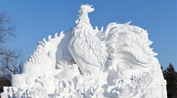 Ледяные скульптуры петуха в Харбине встречают Новый год