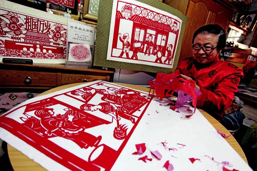 Известный мастер вырезания из бумаги Чжан Сяолинь рассказал, что символизирует год Петуха