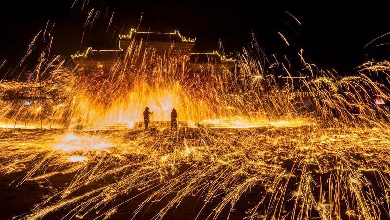 Огненное шоу в честь праздника Весны