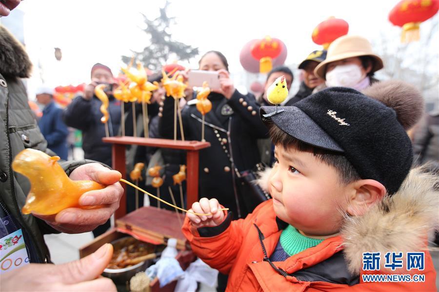 В городе Циндао открылась уличная ярмарка, где продают редьку, традиционные лакомства юаньсяо и танхулу