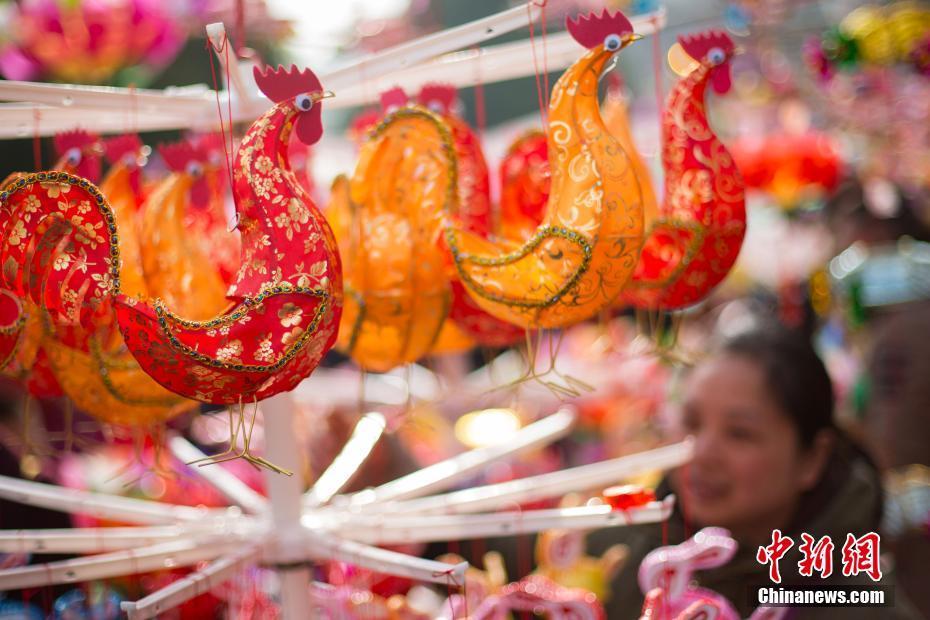 В преддверии праздника Фонарей фонари в форме Петуха стали популярным в городе Нанкин