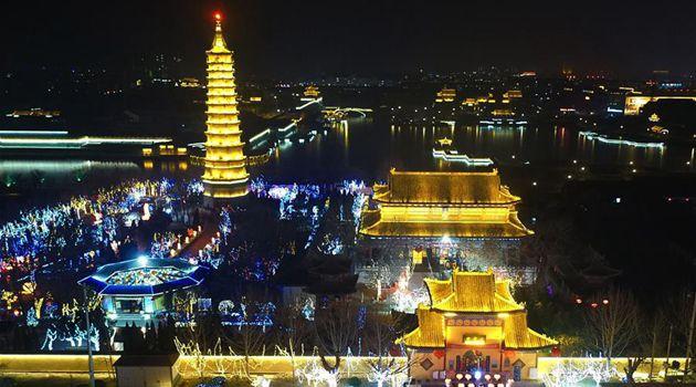 В китайских городах зажгли красочные иллюминации в преддверии праздника Фонарей