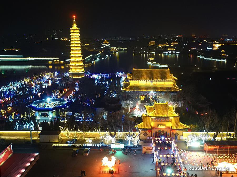 В преддверии Юаньсяоцзе /праздник Фонарей/ во многих китайских городах, украшенных красочными иллюминациями, царит праздничная атмосфера.
