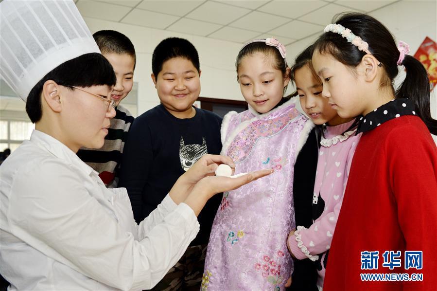 В г. Синтай провинции Хэбэй: дети учатся лепить сладости юаньсяо, приобщаясь к традициям