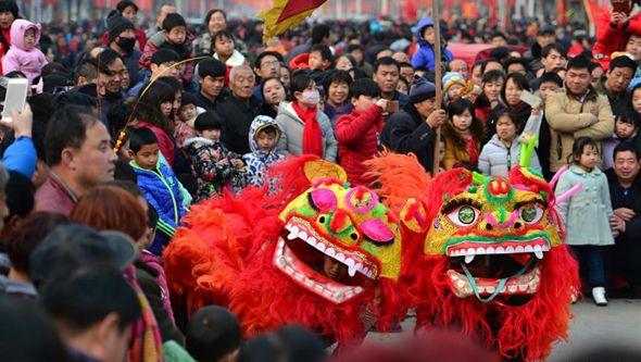 Разнообразные народные нравы и обычаи встречают праздник Фонарей