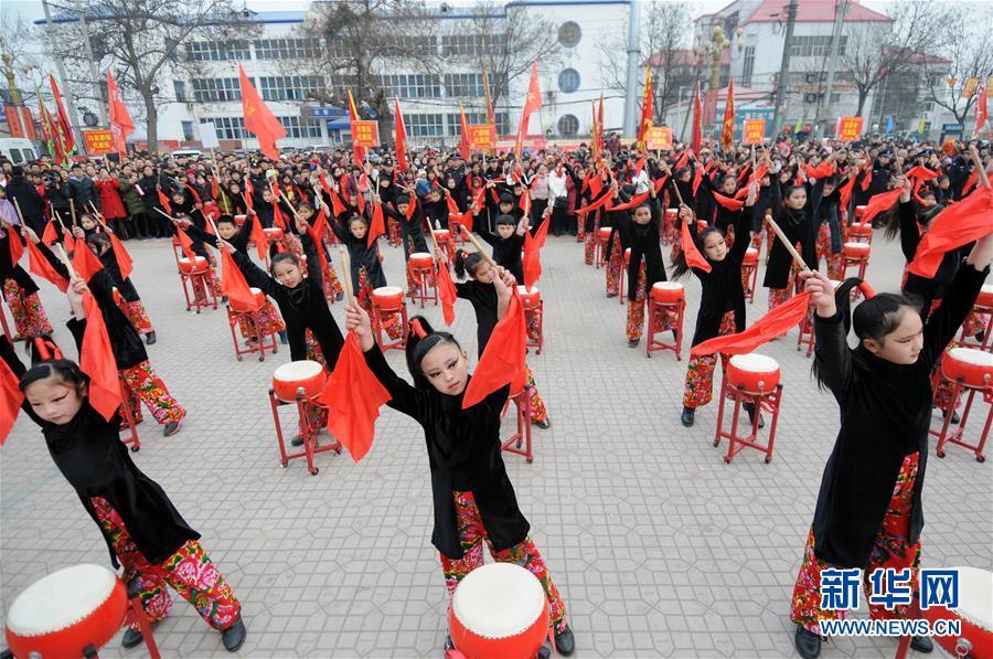8 февраля в уезде Гуанцзун провинции Хэбэй состоялся фестиваль народной культуры и искусства, более 1000 крестьян-артистов показывают разнообразные традиционные представления в преддверии праздника Фонарей, в частности, танец льва, традиционный китайский танец янгэ, сухую лодку