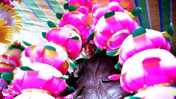 В деревне Наньаньтоу вручную делают фонари к празднику Фонарей