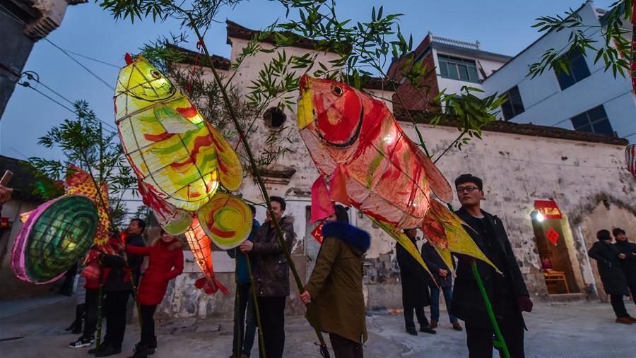 Традиционные фонари-рыбы к празднику Юаньсяоцзе