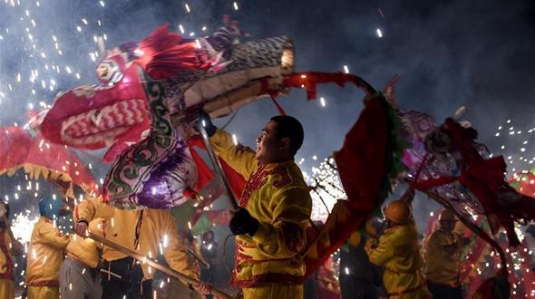 Шоу танцующих фонарей-драконов в уезде Юйцин
