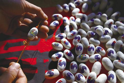 Рисунки на коконах в честь года Петуха: необычный сувенир из Китая