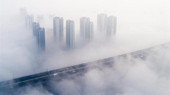 Мост Тяньсинчжоу в Ухане скрылся в густом тумане