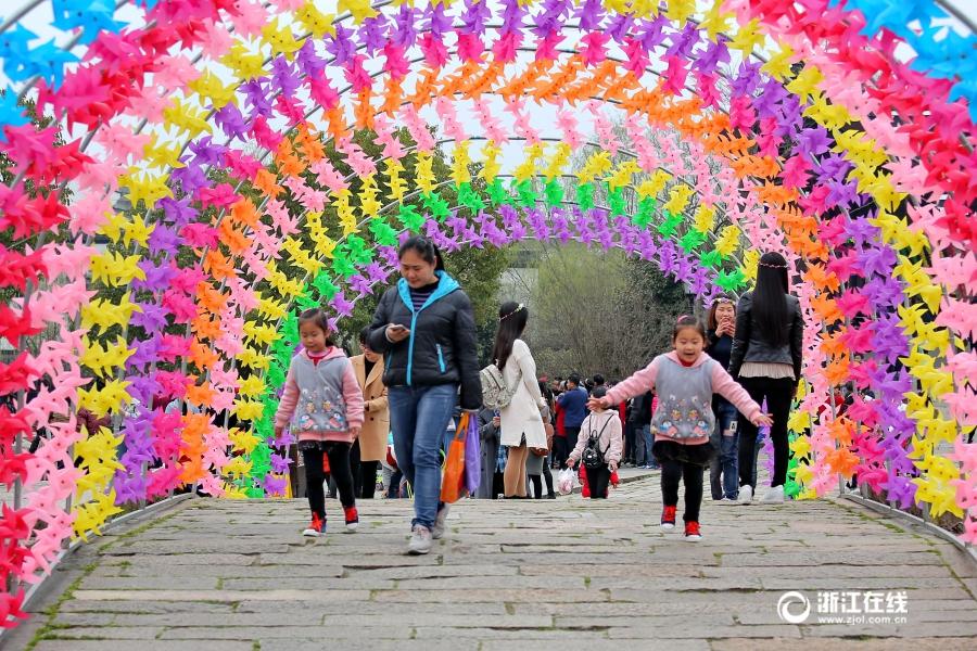 Разноцветные ветряки в городе Цзясин